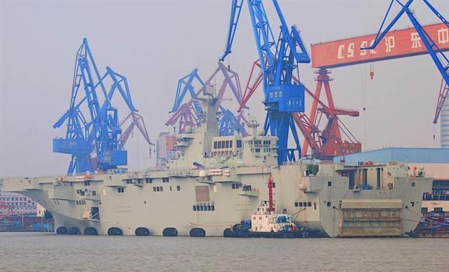 大陸造艦速度奇快,外界戲稱有如「下餃子」。圖為接近完工的075兩棲攻擊艦。(圖/微博)