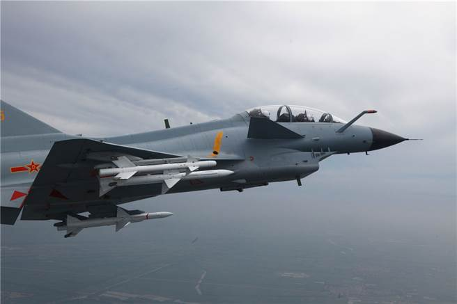 共機擾台的行動並非直接向拜登發出警訊,要藉此演練以熟悉對台作戰模式,此外還能測試台灣防空的反應。圖為25日擾台的共軍殲10同型機。(圖/中國軍網)