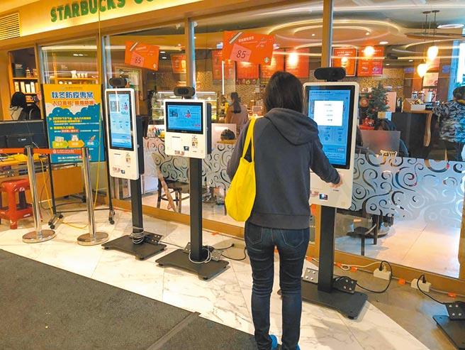 浩鑫旗下針對科技醫療推出的Kiosk產品「零接觸智慧防疫自助機」,繼獲北醫採用後、再導入新北雙和醫院。圖/業者提供