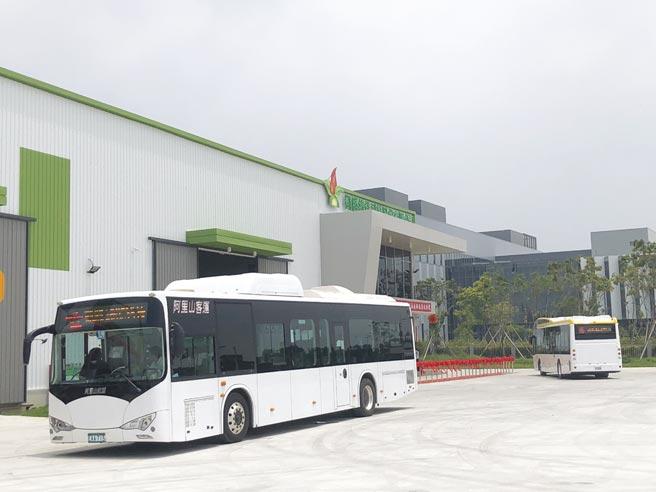 新營客運25日簽訂採購凱勝綠能七輛新型K9DA電動大巴。圖為阿里山客運正在運行中的凱勝低地板電動大巴。圖/劉朱松