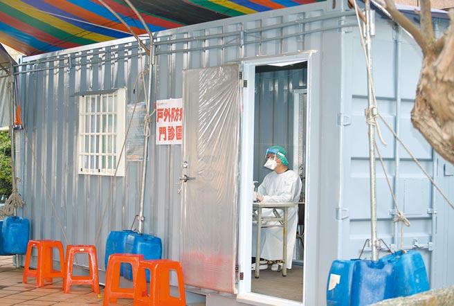 桃園醫院爆發群聚感染,擴大回溯醫院相關接觸者,居家隔離者匡列5000多人,桃園市敏盛醫院上周緊急購置1個貨櫃屋,25日起提供給桃醫做為防疫門診之用。(陳怡誠攝)