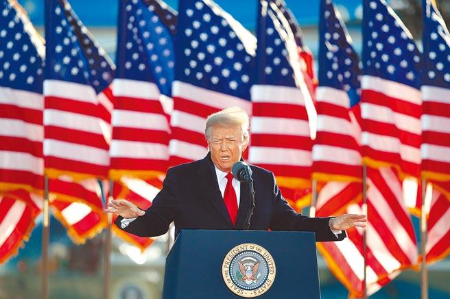 美國聯邦眾議院議長裴洛西,美東時間25日晚間7點,將向參議院提交彈劾前總統川普的條款。(美聯社)