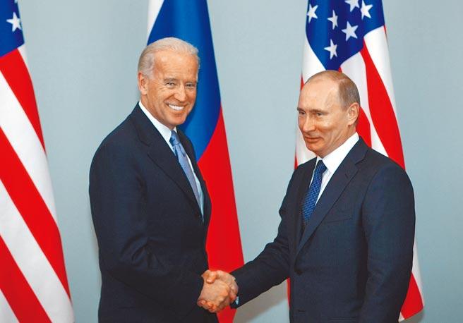 2011年3月間,時任美國副總統的拜登訪問莫斯科,與時任俄羅斯總理的普丁見面握手。普丁的發言人24日表示,俄羅斯準備與拜登領導的美國新政府對話,化解雙方諸多分歧。(美聯社)
