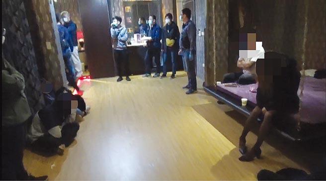 台南市永康警分局近日透過追蹤網路社群網站,破獲一起多P性愛趴,查獲3女8男及黃嫌等3名工作人員,而3名同歡女子中,竟有一名21歲女大生。(讀者提供/李宜杰台南傳真)