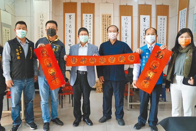 書法家謝長有(右三)將「防疫」墨寶贈給造訪的縣長楊文科(左三)。(羅浚濱攝)