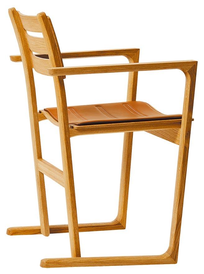 愛馬仕Equilibre d,Hermes系列扶手椅,是JASPER MORRISON設計的椅子,椅背以整塊木頭製成,配有皮革坐墊更顯舒適。(愛馬仕提供)
