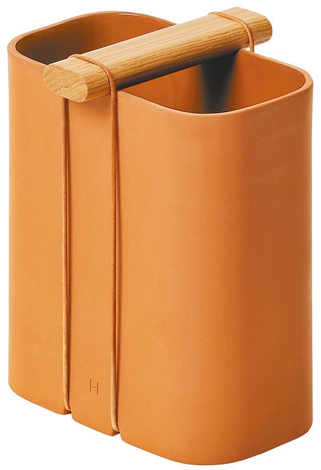 愛馬仕Kala系列花瓶,以壓模製法做出長方形花瓶,瓶口的把手以皮繩固定,可輕鬆拆卸。(愛馬仕提供)