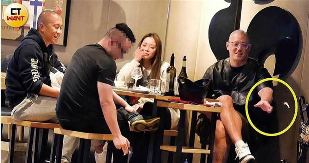 蔣友柏與莊涵雲、表哥張立方和友人聚會飲酒,女友豪氣地乾杯,他則是隨手亂丟菸蒂,相當放鬆。(圖/本刊攝影組)