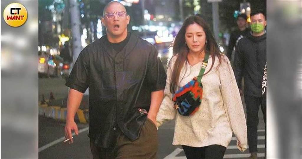 小倆口在街上散步,蔣友柏邊走邊打呵欠,莊涵雲則是把手伸進男友的褲袋取暖。(圖/本刊攝影組)