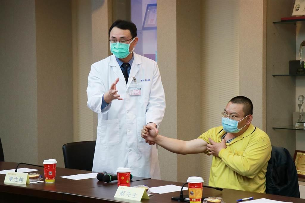 蔡先生出席記者會見證神經手術的成果並感謝黃醫師的悉心治療與鼓勵。(嘉義基督教醫院提供∕呂妍庭嘉義傳真)