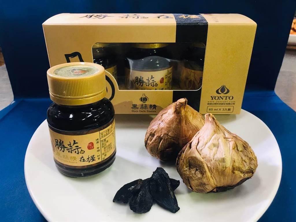 金大研發的黑蒜頭產品,選用雲林產地的優質蒜頭,並以長時間低溫熟成及乾燥,同時參考外國的先進科技,再以全果萃取的技術,保留整顆黑蒜的營養成分濃縮而成。(金大提供)