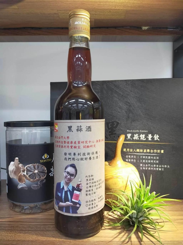 金大指出,目前該校與廠商合作開發的蒜頭系列商品有黑蒜頭、黑蒜精及黑蒜酒,其中黑蒜酒十分搶手,市場詢問度最高。(金大提供)