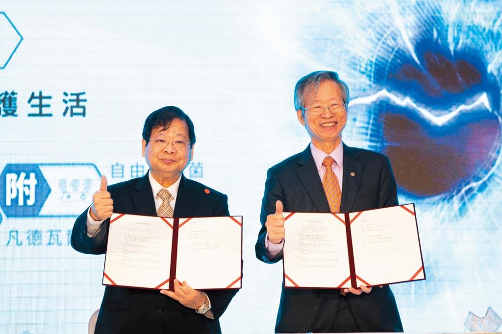 萬泰與華興醫材簽約儀式,萬泰集團董事長張銘烈(左)、華興醫材集團董事長張永柱(右)。圖/萬泰提供