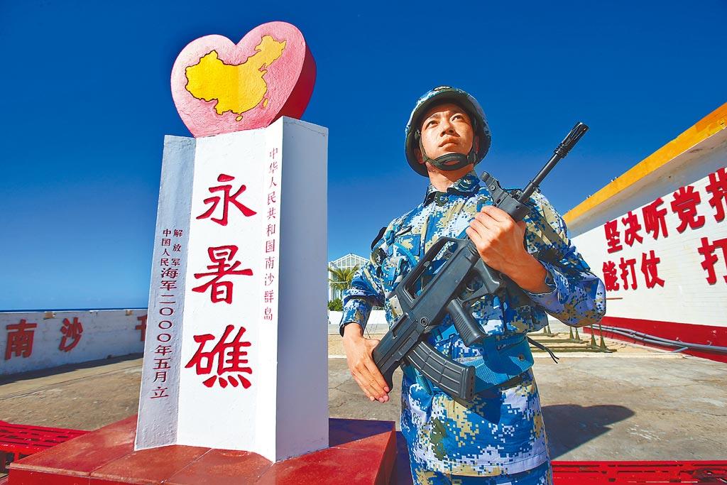 南沙永暑礁海軍官兵守護藍色國門。(新華社)