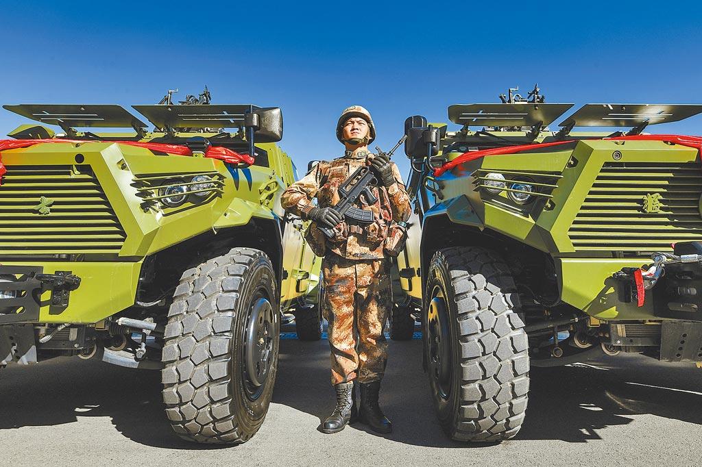 中印2021年邊境又爆流血衝突,25日晚間,中國國防部發布中印第九輪軍長級會談聯合新聞稿,表示雙方同意盡早推動一線部隊脫離接觸,共同努力推動降溫緩局。圖為解放軍西藏軍區某營舉行授裝、接裝儀式。(中新社)