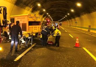 國道3號基隆隧道動保車擦撞貨車 動保員一度受困