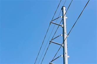 電線掉落電死父親 女兒身旁有攤水 慘一起賠命