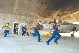 空军首公开IDF战机挂万剑弹操演