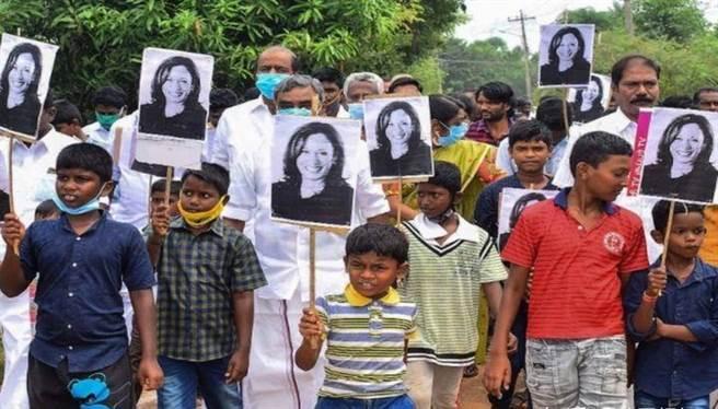 賀錦麗的印度血緣讓印度人對此次美國總統大選有高度參與感,大選期間印度到處有人舉著支持賀錦麗的照片與標語,很 容易讓人誤會她是在競選印度公職。(圖/網路)