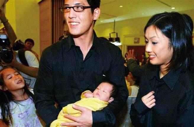 第一个小孩「小玫瑰」蒋得曦诞生时,蒋友柏与林姮怡幸福的模样至今仍让人印象深刻。(图/报系资料库)