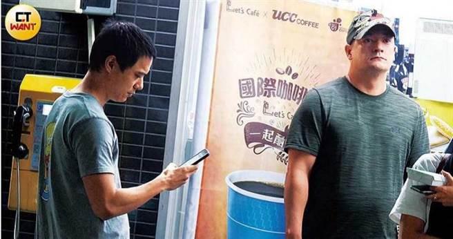 蒋友常与蒋友青两兄弟曾被本刊捕捉到一起去唱歌,但不见大哥蒋友柏的身影。(图/本刊摄影组)
