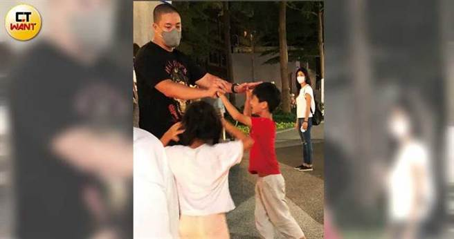 蒋友常多次被本刊目击与老婆小孩外出,完全是好爸爸模样。(图/本刊摄影组)