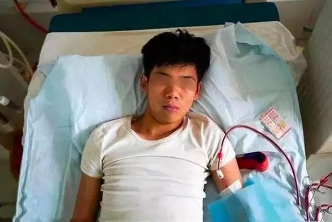 大陸安徽一名高中生在2011年賣腎買iPhone4s手機,如今現況曝光,傷口惡化導致終日臥病在床,或醫院賠償6百多萬。(圖/翻攝網易新聞)