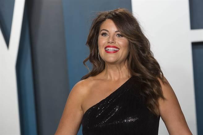 白宮前女實習生呂茵斯基(Monica Lewinsky)23歲與當時的美國總統柯林頓偷情,鬧得滿城風雨,如今她47歲仍擺脫不了當年桃色風暴的陰影,圖為她2020年2月9日在洛杉磯比佛利山(Beverly Hills)出席《浮華世界》奧斯卡派對(Vanity Fair Oscar Party)的神情。(達志圖庫/TGP)