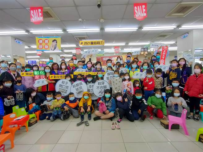 彰化縣有企業自主發起認捐,邀請家扶孩子到鞋全家福買鞋,有些小朋友是第一次到鞋店,興奮得睜大雙眼,要挑選自己喜歡的跑鞋。(吳建輝攝)