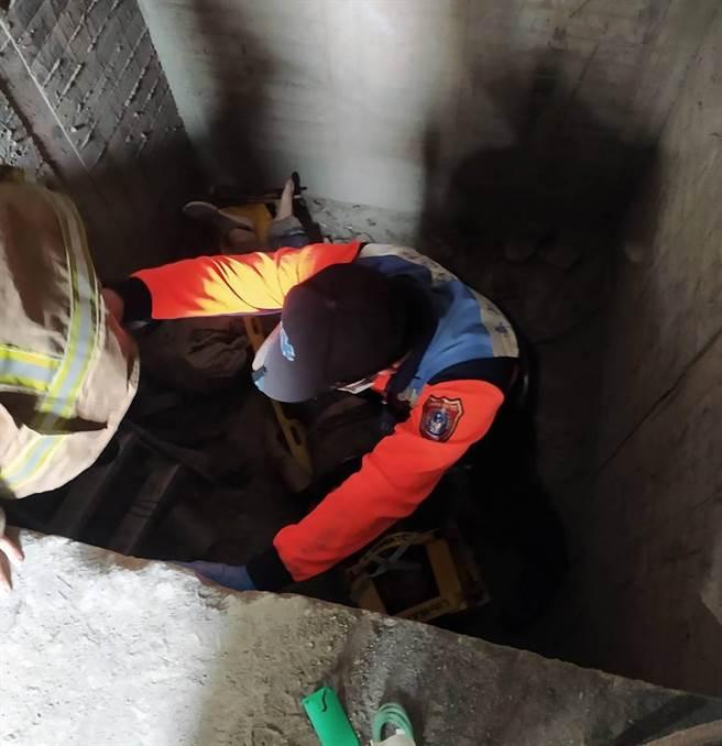 工人摔落施工大樓的電梯井,消防人員進入施救。(讀者提供/程炳璋台南傳真)