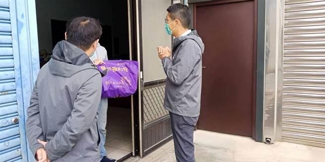 新竹市1名居家檢疫民眾在檢疫期間邀朋友在外喝咖啡還上傳臉書,遭新竹市衛生局重罰20萬。圖為市府人員關懷居家檢疫民眾。(陳育賢攝)
