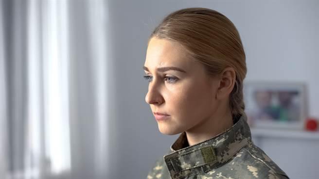 新竹空军基地一名女军官小芳遭室友骂「在那边『吠』」,另外2名同袍也在脸书留言骂她,让她事后提告诽谤。(示意图/达志影像/Shutterstock提供)