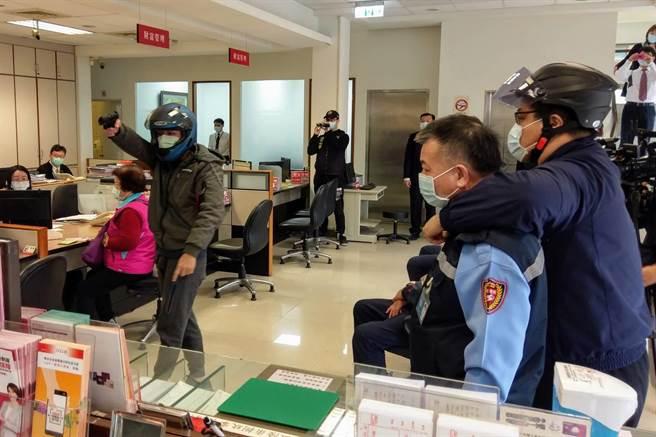 大園警分局於27日上午結合華南銀行觀音分行辦理防搶演練。(姜霏翻攝)