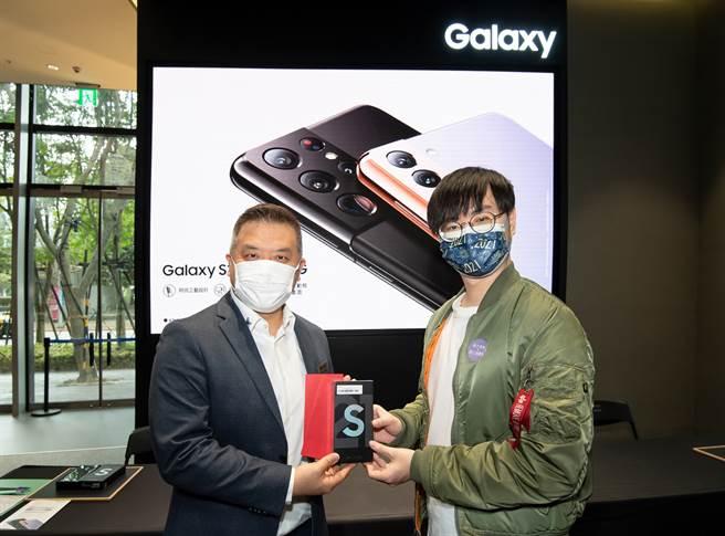 台灣三星電子行動與資訊事業部副總經理陳啟蒙(左)與首位交機消費者(右)張先生合影留念。(三星提供/黃慧雯台北傳真)