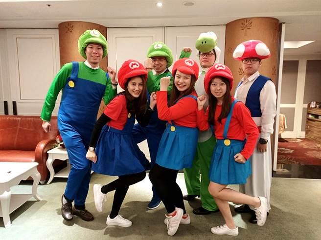 除工作中有前辈照顾,赵崇苇(图左一)也乐在与同事协力举办团队活动,增进团队默契。(图/永庆房屋提供)