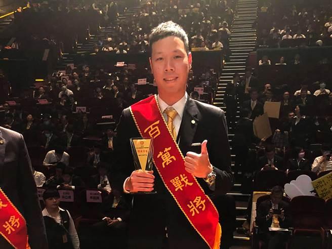 赵崇苇在永庆房屋事业有成,多次竞赛创下佳绩,还获颁50万「幸福成家基金」。(图/永庆房屋提供)