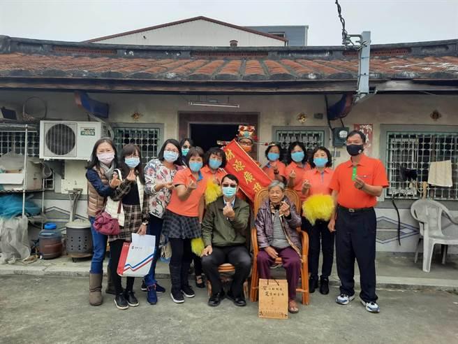 台南市安定區公所27日提前為獨居老人慶祝新年。(安定區公所提供/李宜杰台南傳真)