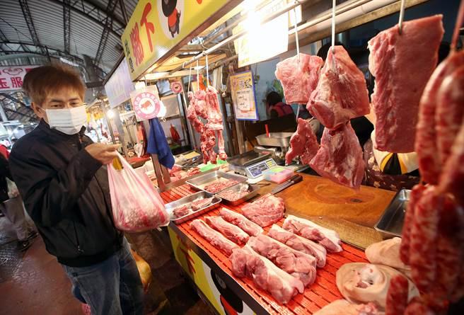 台開放萊豬 國台辦:大陸嚴禁台灣豬肉製品輸入。圖為台灣市場中民眾到豬肉攤商購買豬肉。(本報資料照)