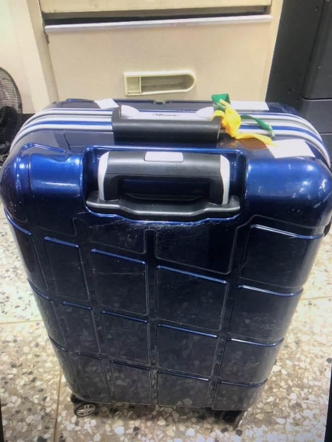 藍色行李箱失主已從草屯到台東,還不知行李仍留草屯,所幸機警的草屯警協助,快速尋回。(草屯警分局提供/黃立杰南投傳真)