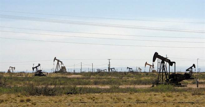 美國的鑽油井。拜登計畫將逐步停止石油與天然氣的鑽探許可。(圖/美聯社)