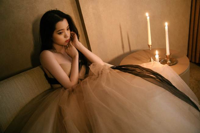 歐陽娜娜近日留著招牌的微捲長髮,身穿一襲 VERA WANG 奶茶色紗裙亮相抖音星動之夜。(圖/摘自微博@歐陽娜娜Nana工作室)