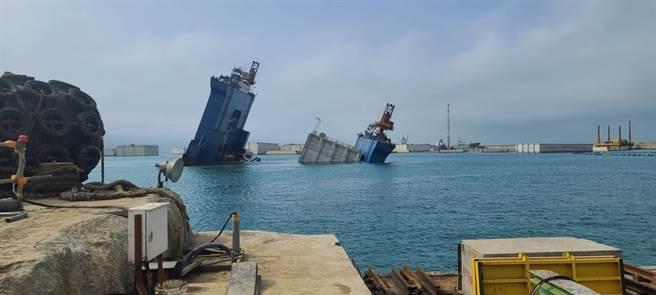 某工程公司26日下午1時許,於台北港外堤碼頭海域實施沉箱工程時,船艙底部不明原因進水,船體傾斜。(戴上容翻攝)