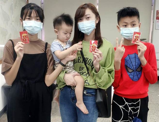 潮州鎮公所製作了「潮庄香火」祈福御守,共有10種款式10套吉祥話,民眾索取熱烈。(潘建志攝)