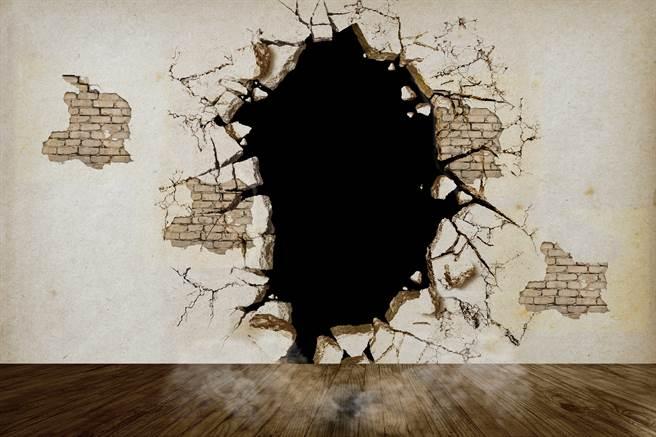 英國男子一直覺得新家有些詭異的氛圍,沒想到一翻修竟在牆後找到神秘保險庫。(示意圖/達志影像)
