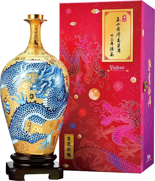 「玉山台灣高粱酒十二年(雙龍獻瑞)」陳高禮盒。建議售價:40,000元(贈送木座1只)。