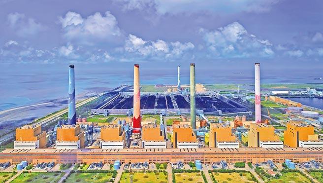立法院副院長蔡其昌昨提出新機組「一換二」,在2035年燃煤機組全部除役主決議。對此,台電私下喊苦「翻轉太大」,除役時間比內部規畫提早太多,無法馬上給予承諾。圖為台中火力發電廠。(台中市政府提供)
