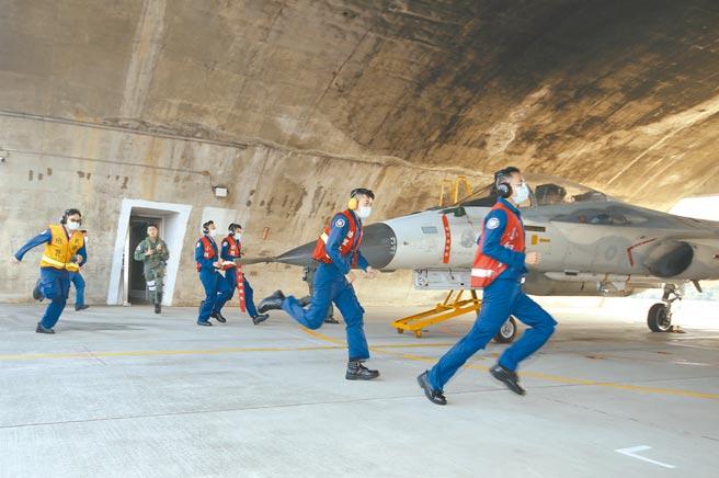 國軍春節期間加強戰備,兼負天駒換防任務的空軍第一戰術戰鬥機聯隊26日在實施戰備演練,警鈴響後機組人員迅速出動執行5分鐘緊急起飛任務。(陳怡誠攝)
