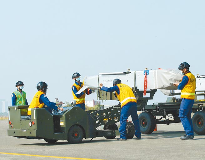 圖為後勤人員為IDF戰機進行萬劍彈潛力裝掛作業。(陳怡誠攝)