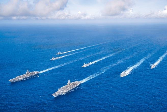 美國海軍「羅斯福號」和「尼米茲號」航空母艦打擊群,在菲律賓海進行雙航艦聯合操練。(摘自美太平洋艦隊臉書)
