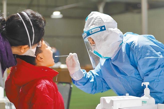 大陸重慶大學醫學院智慧檢驗與分子醫學中心與四川凱瑞華創生技公司合作,最近共同發表一款可隨身攜帶、10分鐘鑒別新冠病毒的檢測試劑盒,號稱「國際首創」。圖為北京大興啟動第二輪大規模核酸檢測。(新華社)